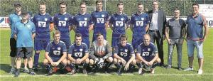 Andreas Jürgens und Martin Wegmann übergeben die neuen Trikots an die erste Mannschaft