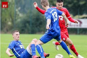 Zwei Torschützen im Zweikampf: Fortunas Michel Bröker (Nummer 13) und Borussias Kai Deradjat