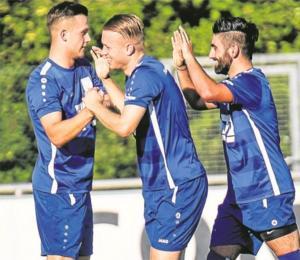Die Fortunen, hier (v.l.) Mirco Mohr, Fynn Bruns und Fabio da Costa Pereira, wollen am Sonntag die ersten drei Punkte bejubeln.